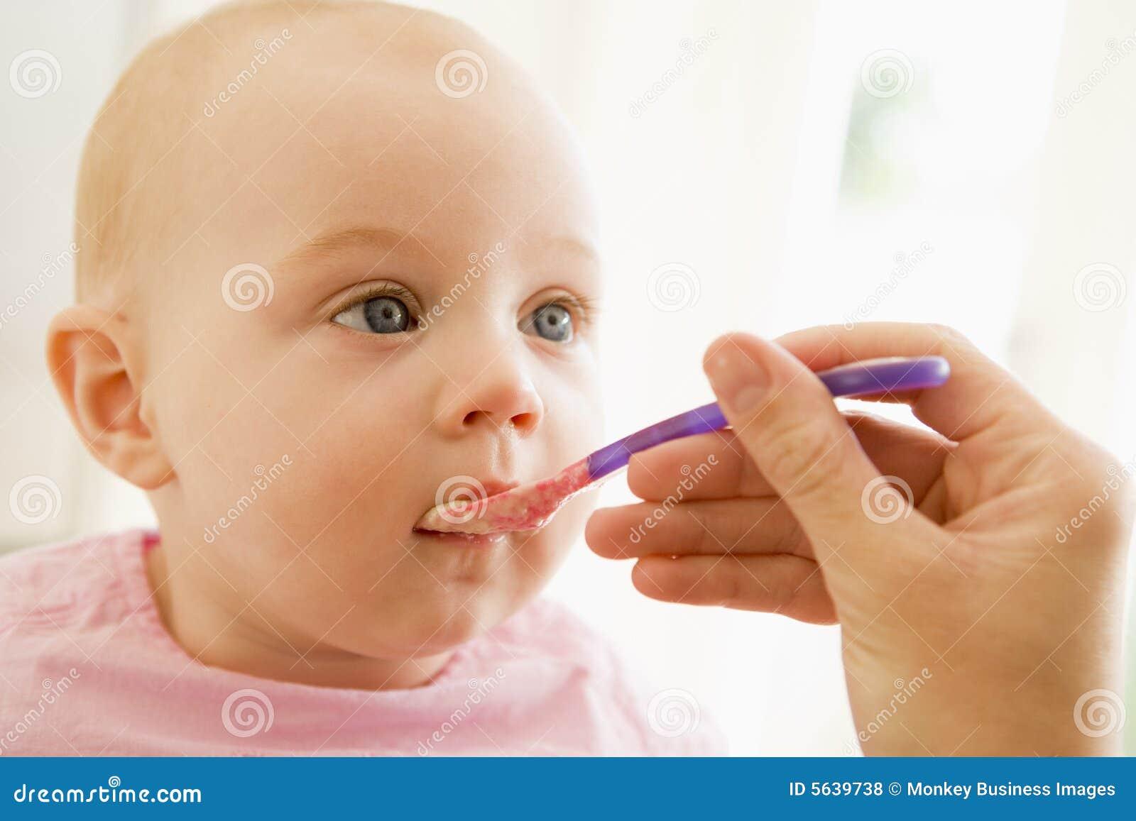 Sirva de madre a los alimentos para niños que introducen al bebé