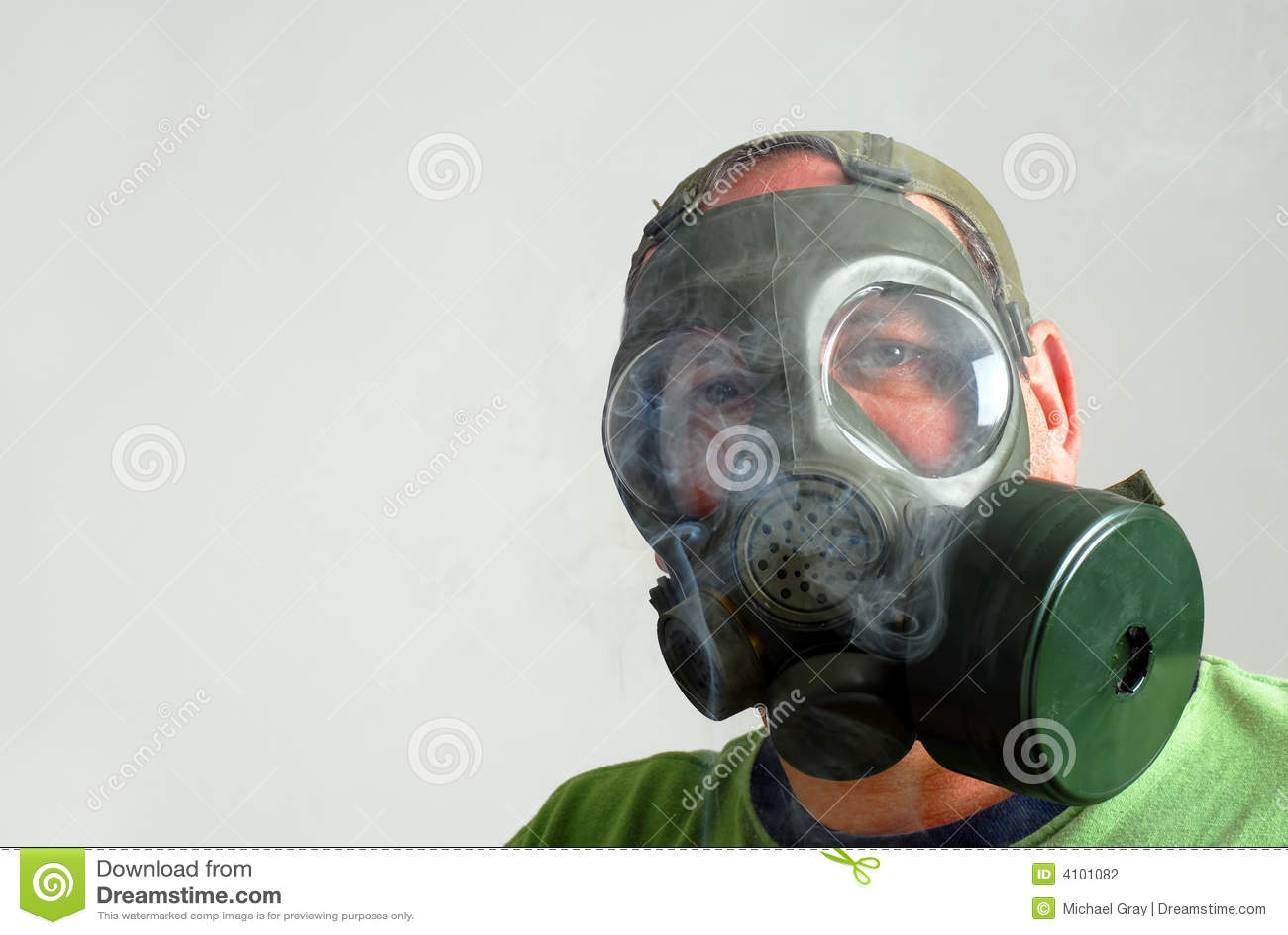 Sirva desgastar una careta antigás para evitar humo de la segunda mano