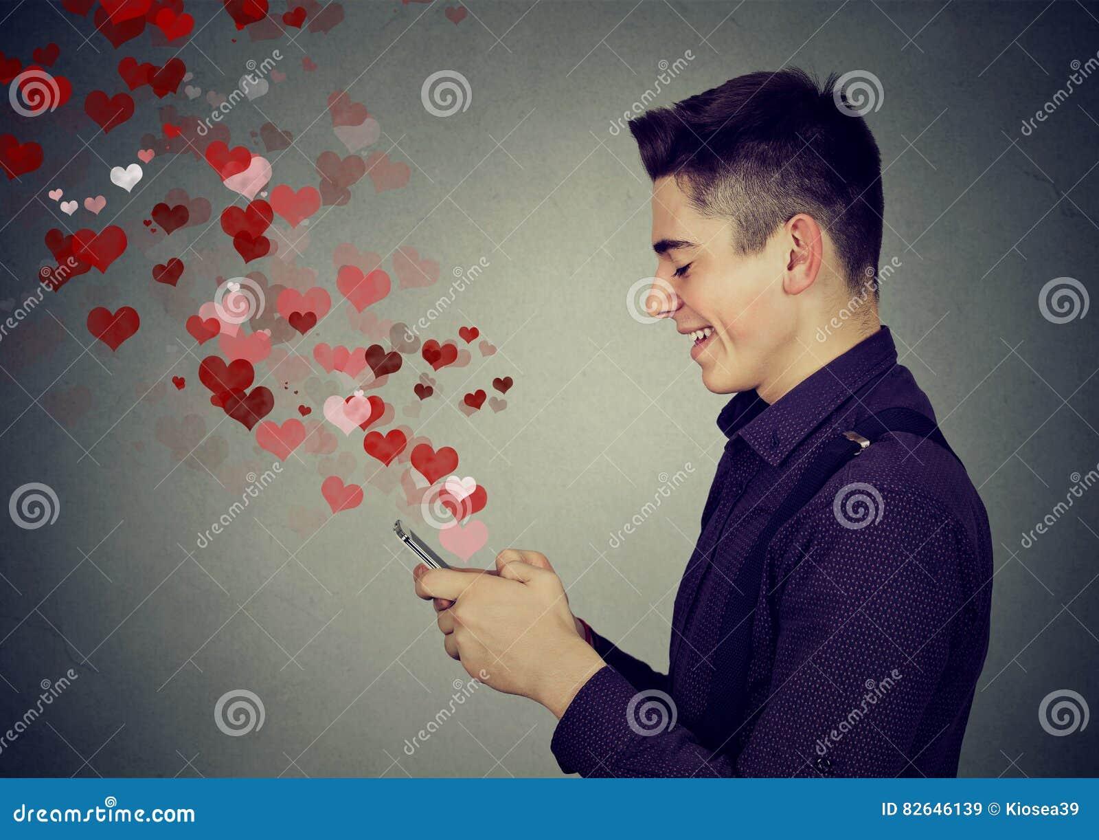 Sirva el envío de mensajes del amor en los corazones del teléfono móvil que se van volando