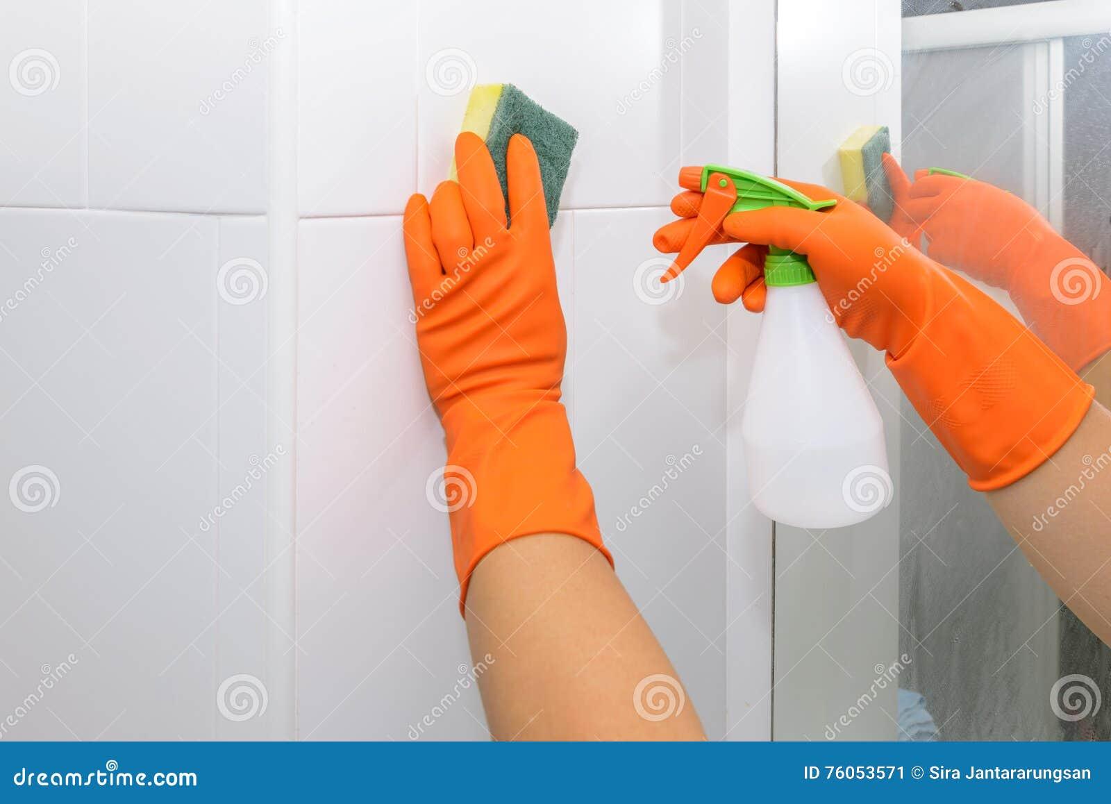Sirva Hacer Tareas En Cuarto De Baño En Casa, Limpiando La Pared Con ...