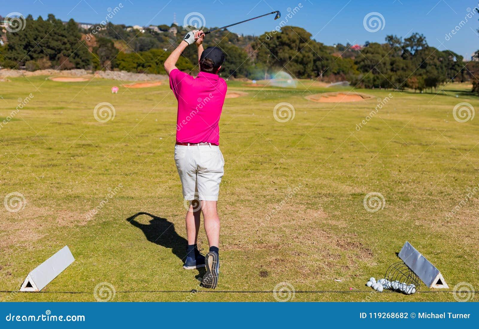 Sirva juntar con te apagado en un campo de golf con un conductor