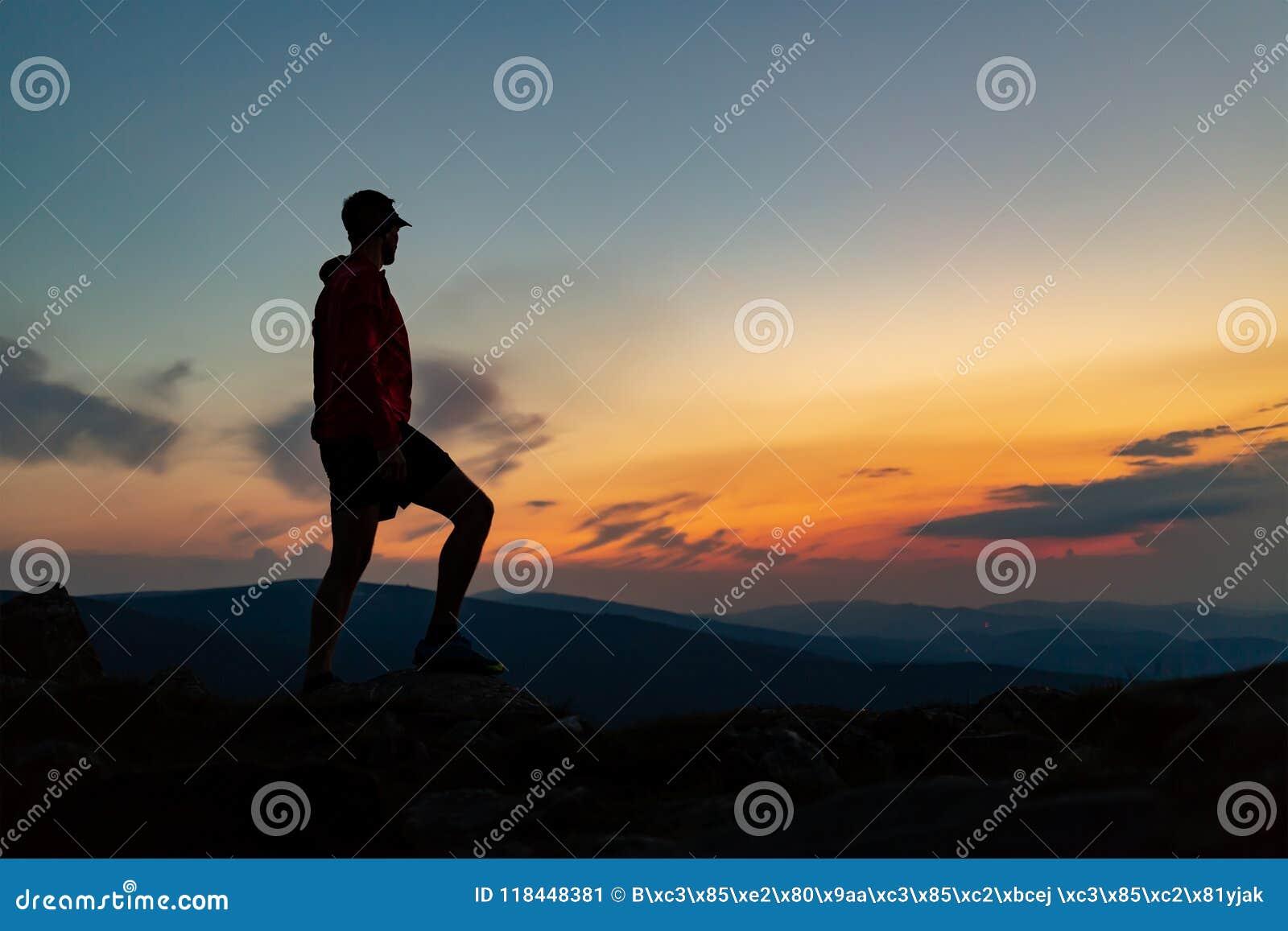 Sirva la celebración de la puesta del sol que mira la visión en montañas