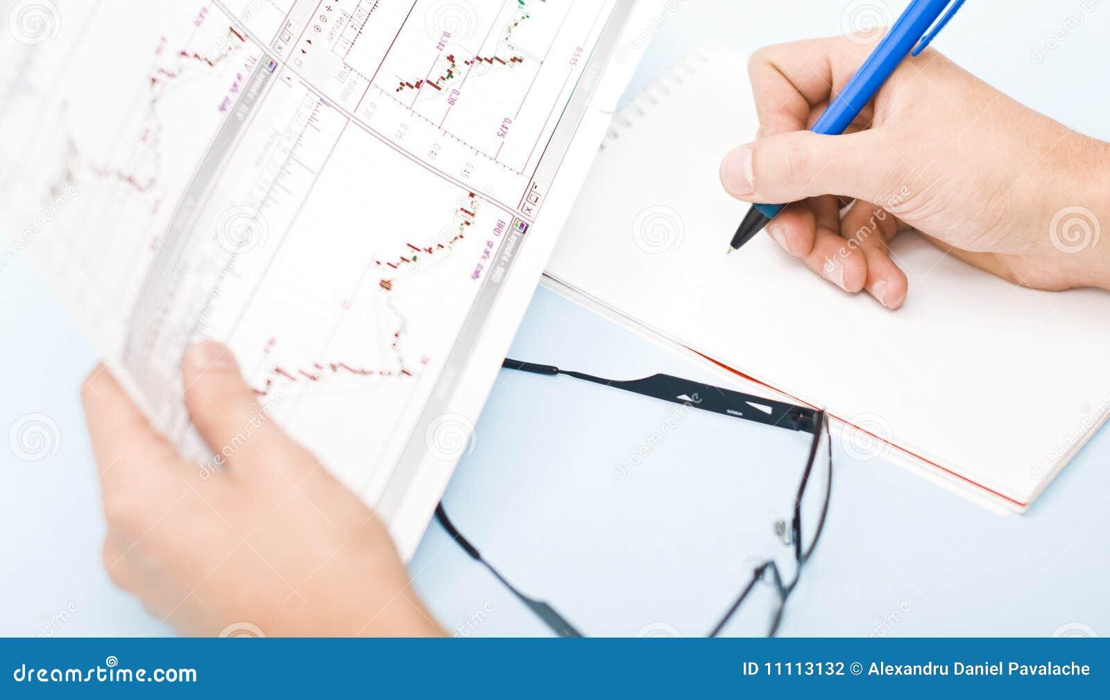Sirva la escritura en gráficos de la explotación agrícola de la agenda en su mano