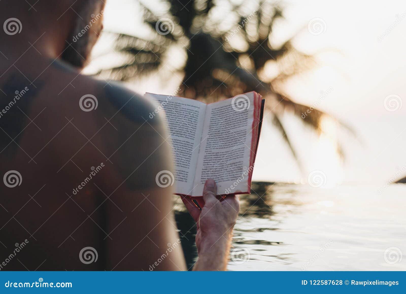 Sirva la lectura de un libro en la piscina