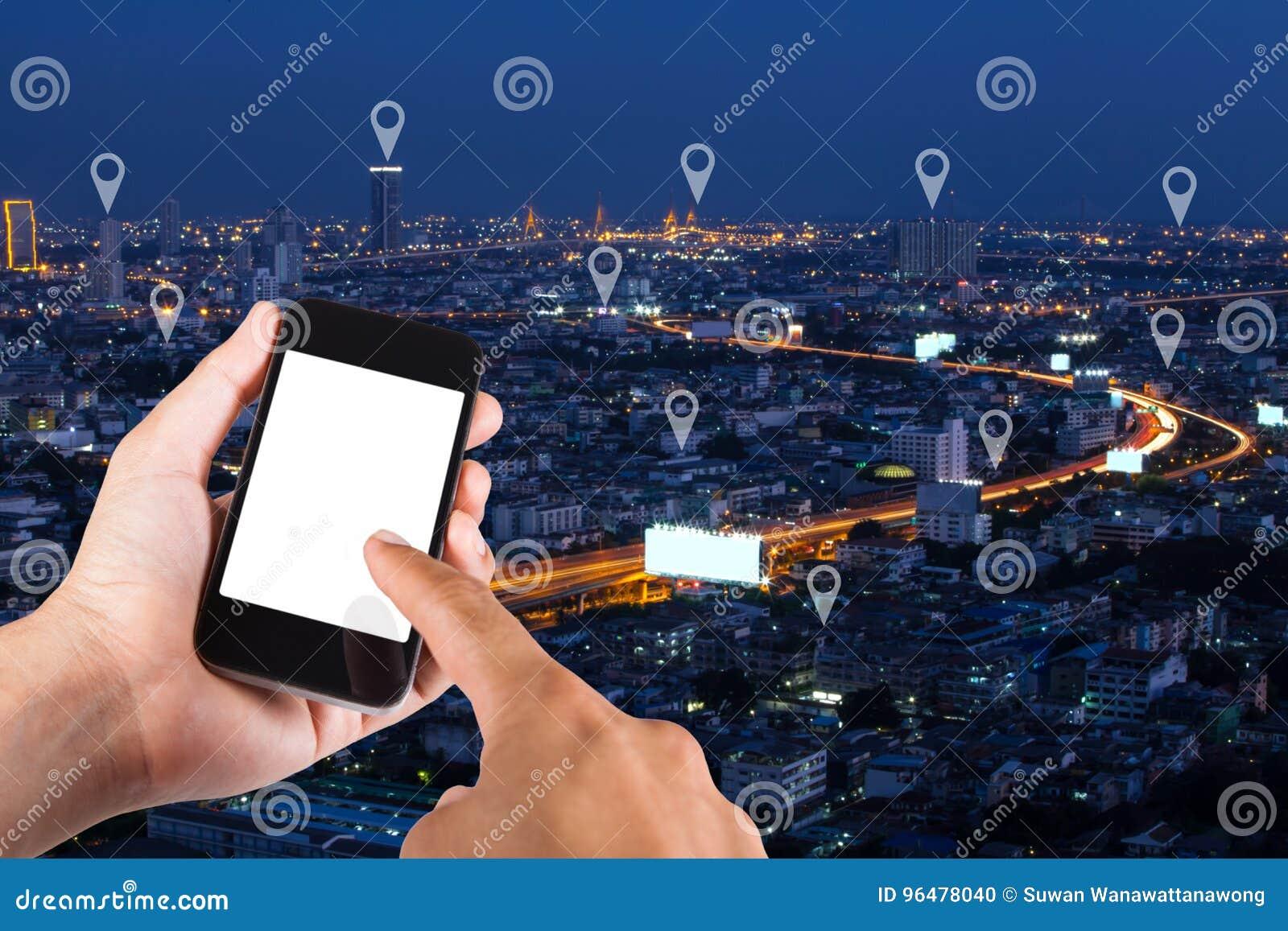 Sirva la mano usando el smartphone que busca la ubicación en el perno del mapa en el top