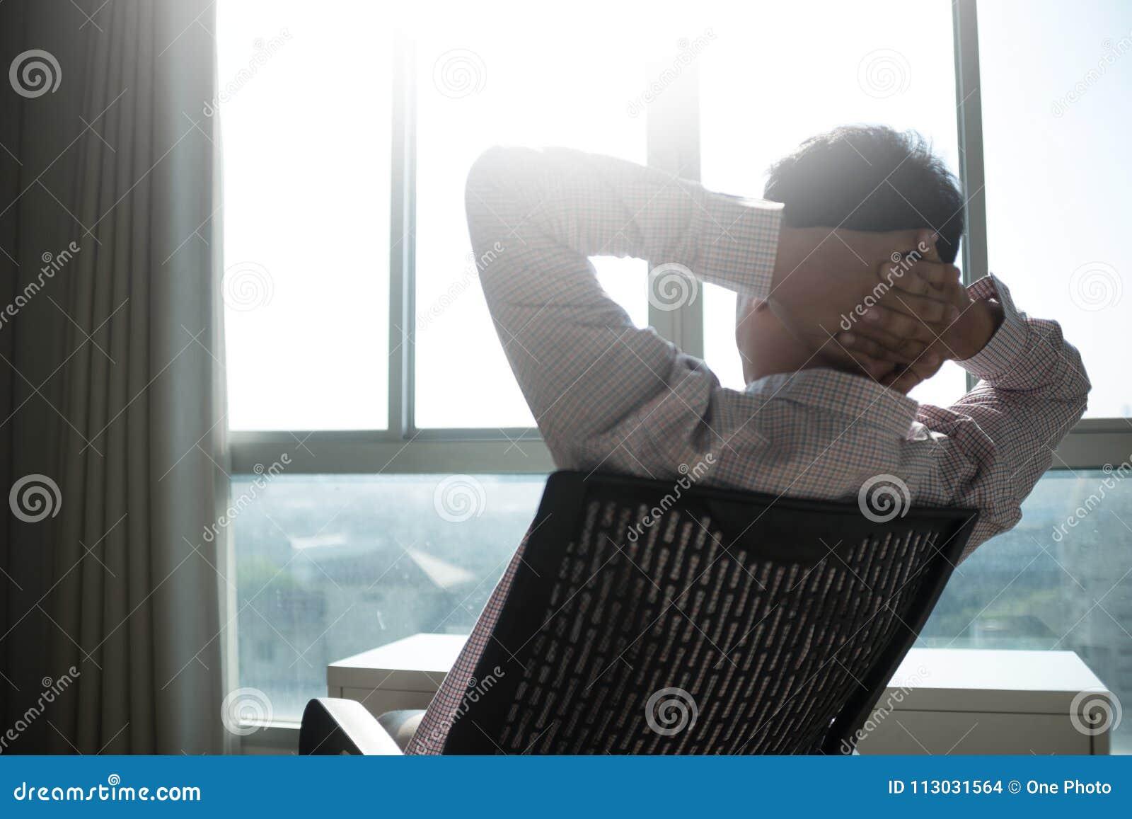 Sirva la relajación sonriente y el goce del cielo la custodia del hombre de la ventana