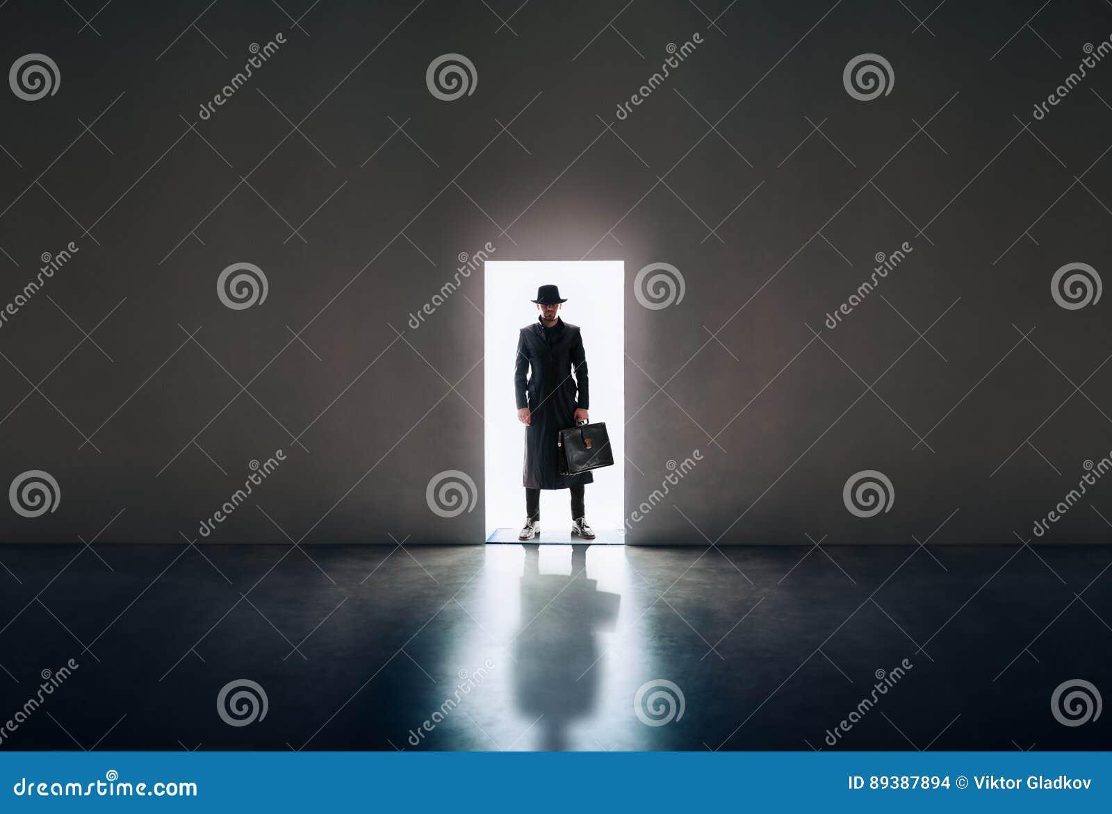 Sirva la silueta que se coloca teniendo en cuenta puerta de abertura en roo oscuro