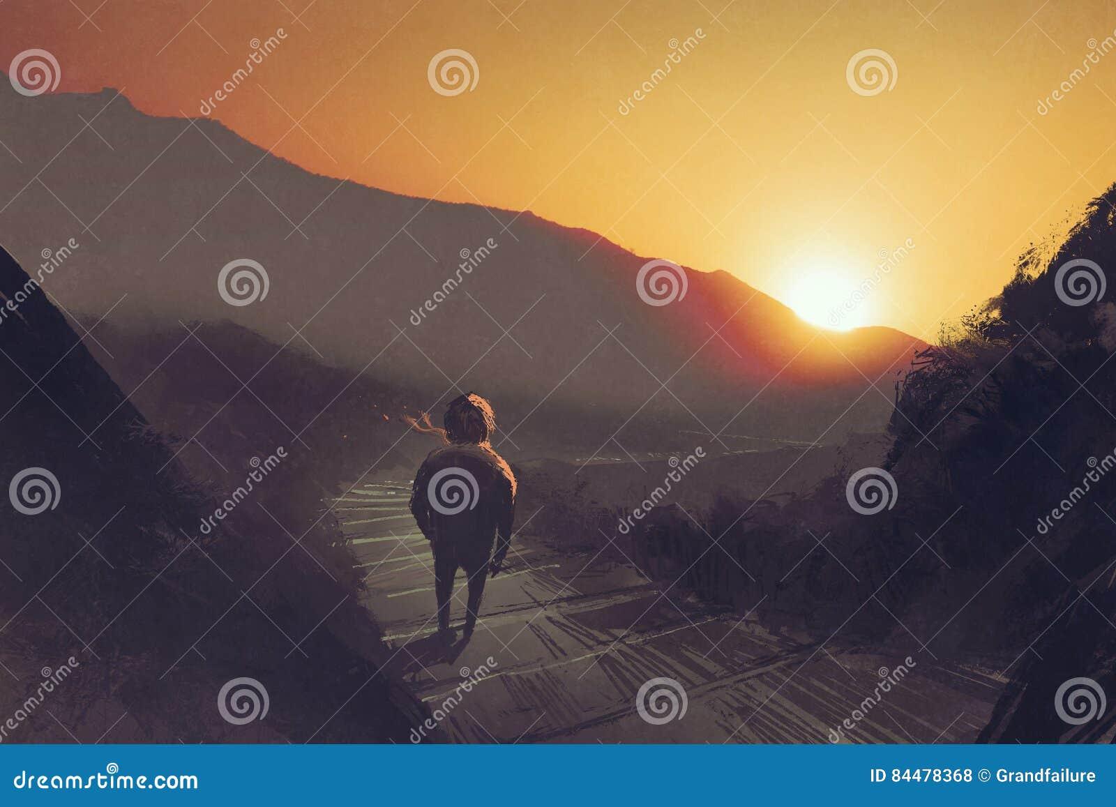 Sirva la situación en las escaleras del camino de la montaña que miran la puesta del sol
