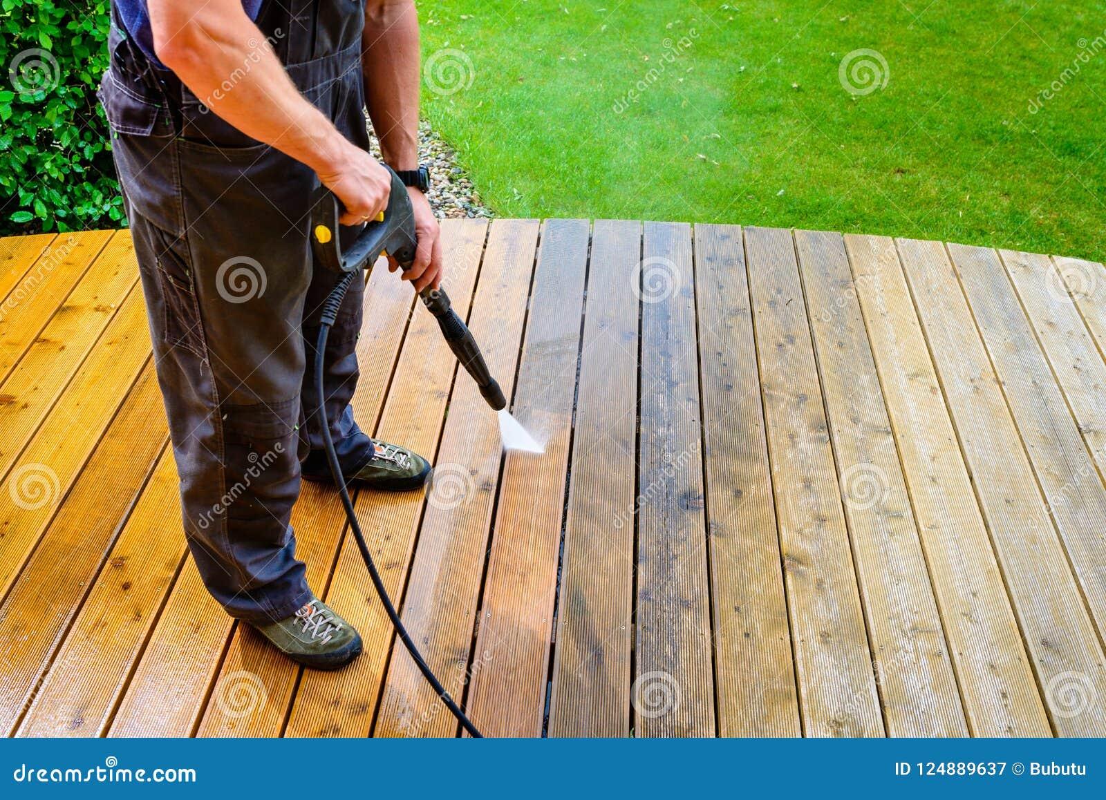 Sirva La Terraza Con Una Lavadora Del Poder Presión De