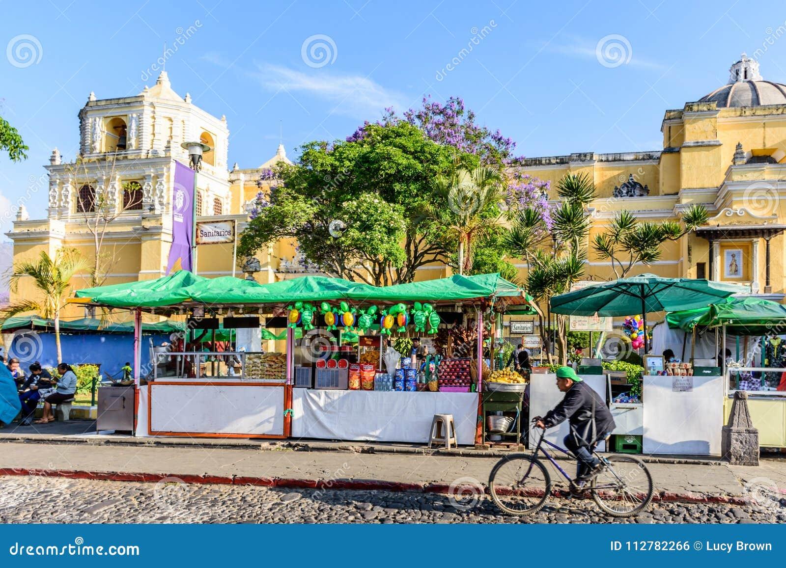 Sirva los ciclos más allá de las paradas de la iglesia y de la comida de Merced del La, Antigua, Guatema