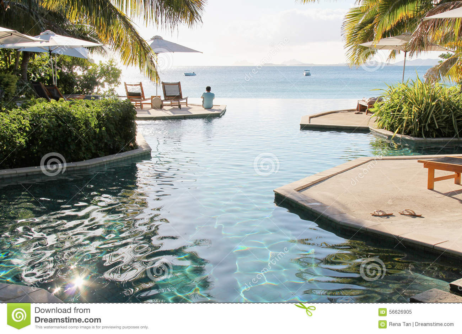 Sirva sentarse en el borde de la piscina del infinito