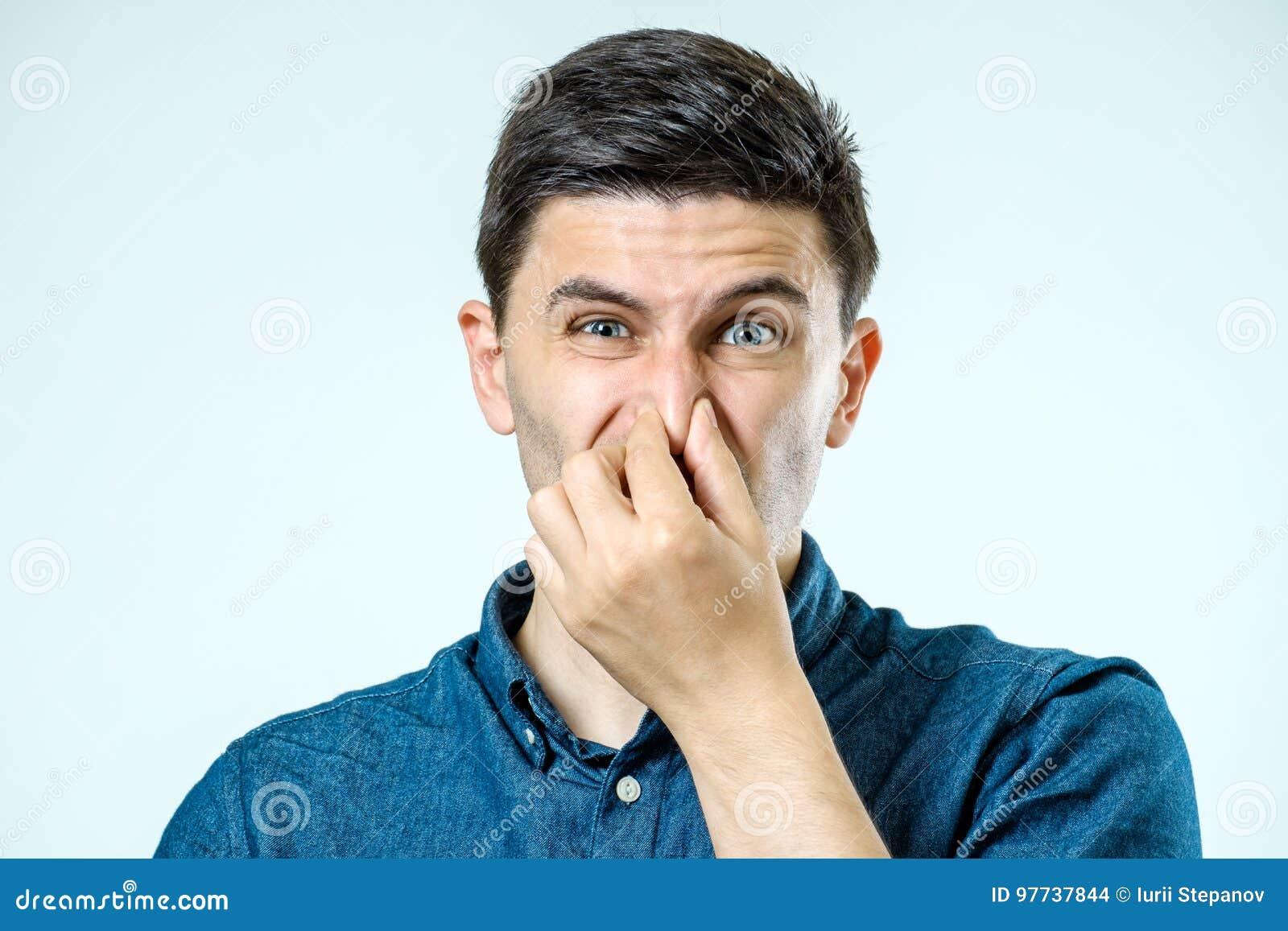 Sirva sostenerse la nariz contra un mún olor