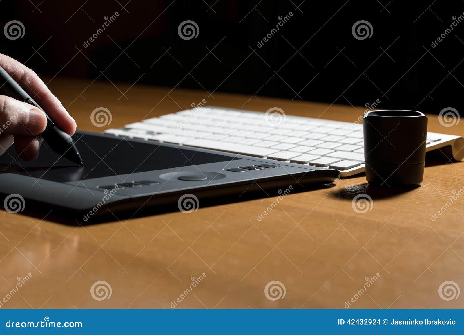 Sirve el dibujo de la mano en una tableta de gráficos de ordenador