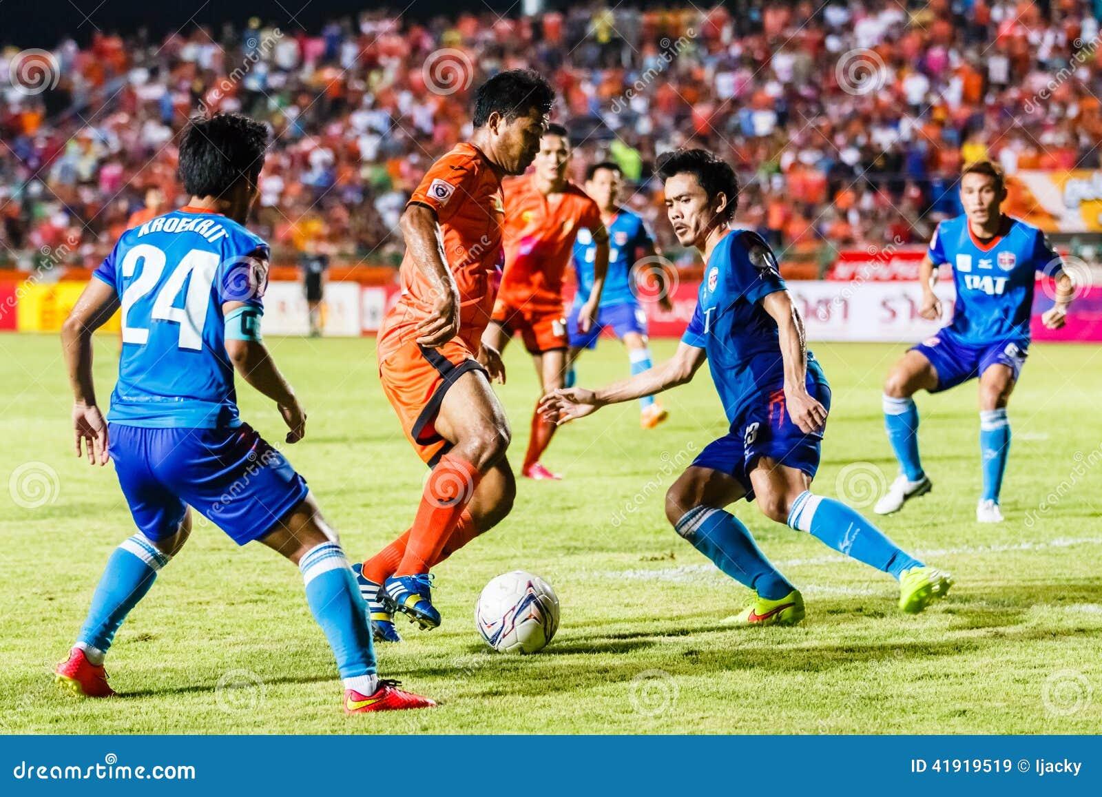 SISAKET TAILANDIA 21 DE JUNIO: Eakkapan Nuikhao de Sisaket FC (naranja)