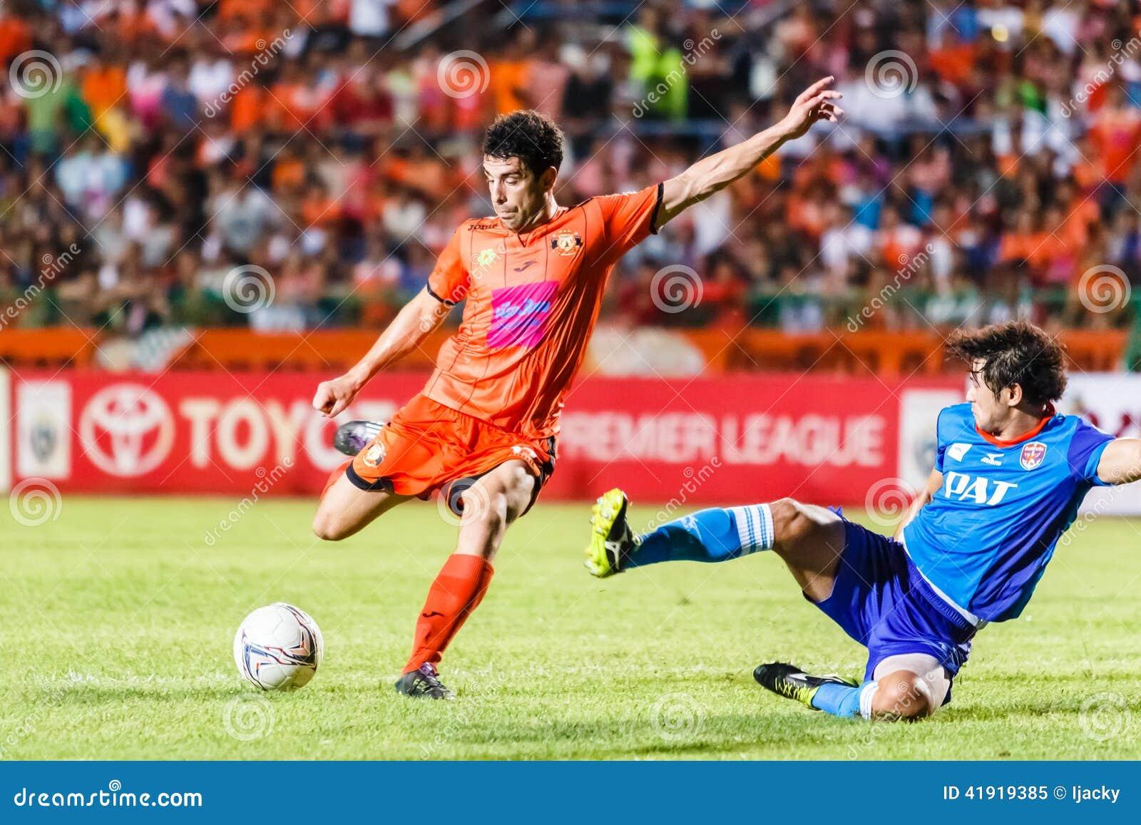 SISAKET TAILANDIA 21 DE JUNIO: Gorka Unda de Sisaket FC (naranja)