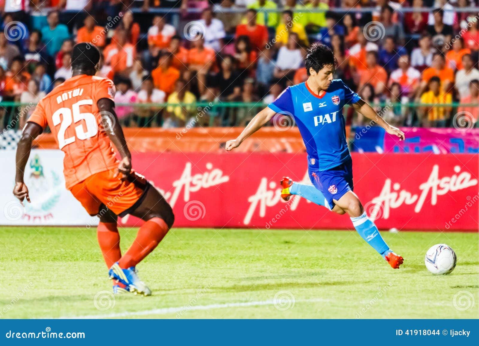 SISAKET TAILANDIA 21 DE JUNIO: Kim Geun-Chul de Singhtarua FC (Azul)