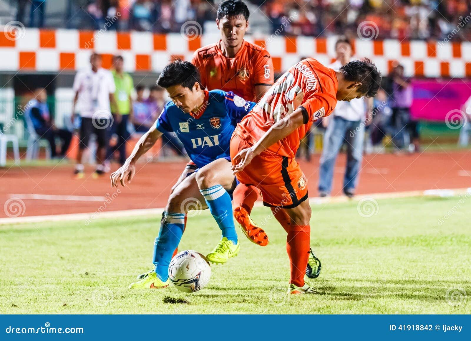 SISAKET TAILANDIA 21 DE JUNIO: Piyawit Janput de Singhtarua FC (Azul)