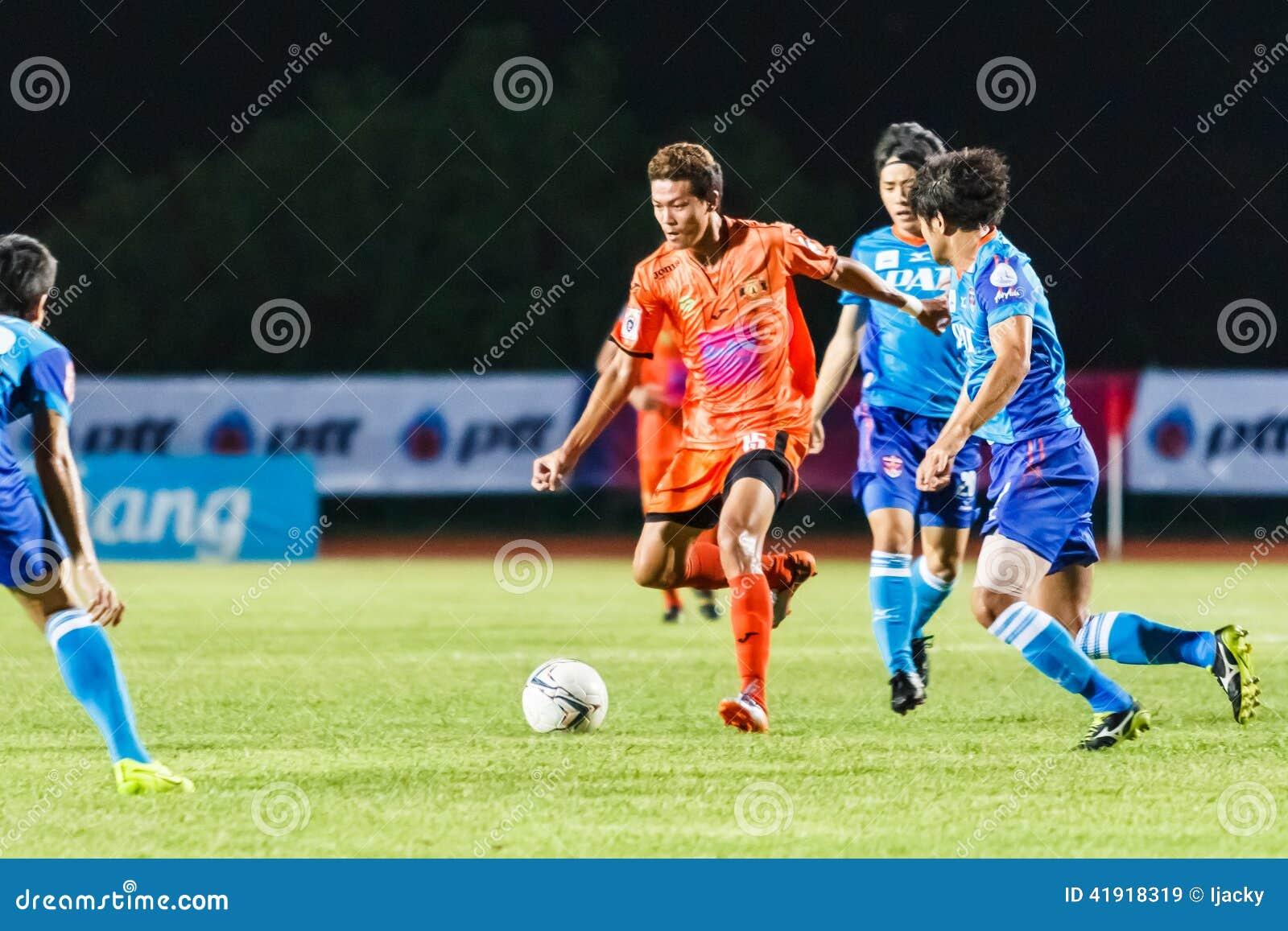 SISAKET TAILANDIA 21 DE JUNIO: Santirat Viang-en (naranja) de Sisaket FC