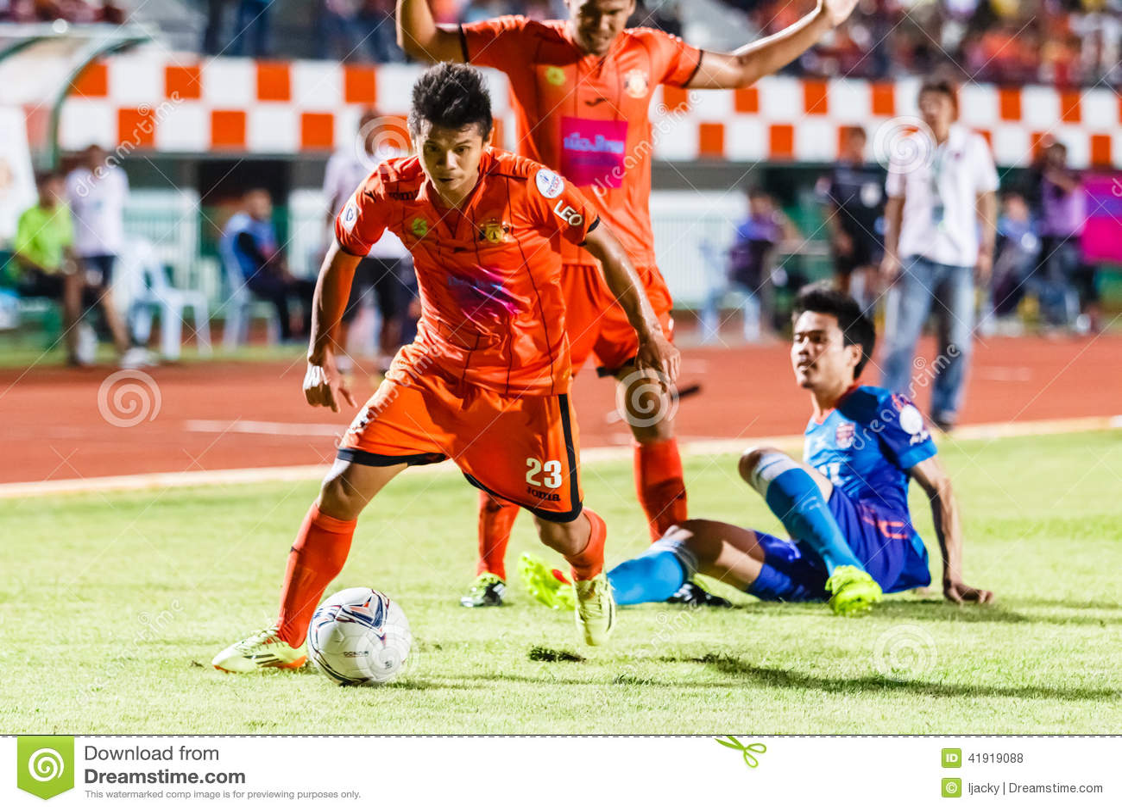 SISAKET TAILANDIA 21 DE JUNIO: Todsapol Karnplook de Sisaket FC (naranja)