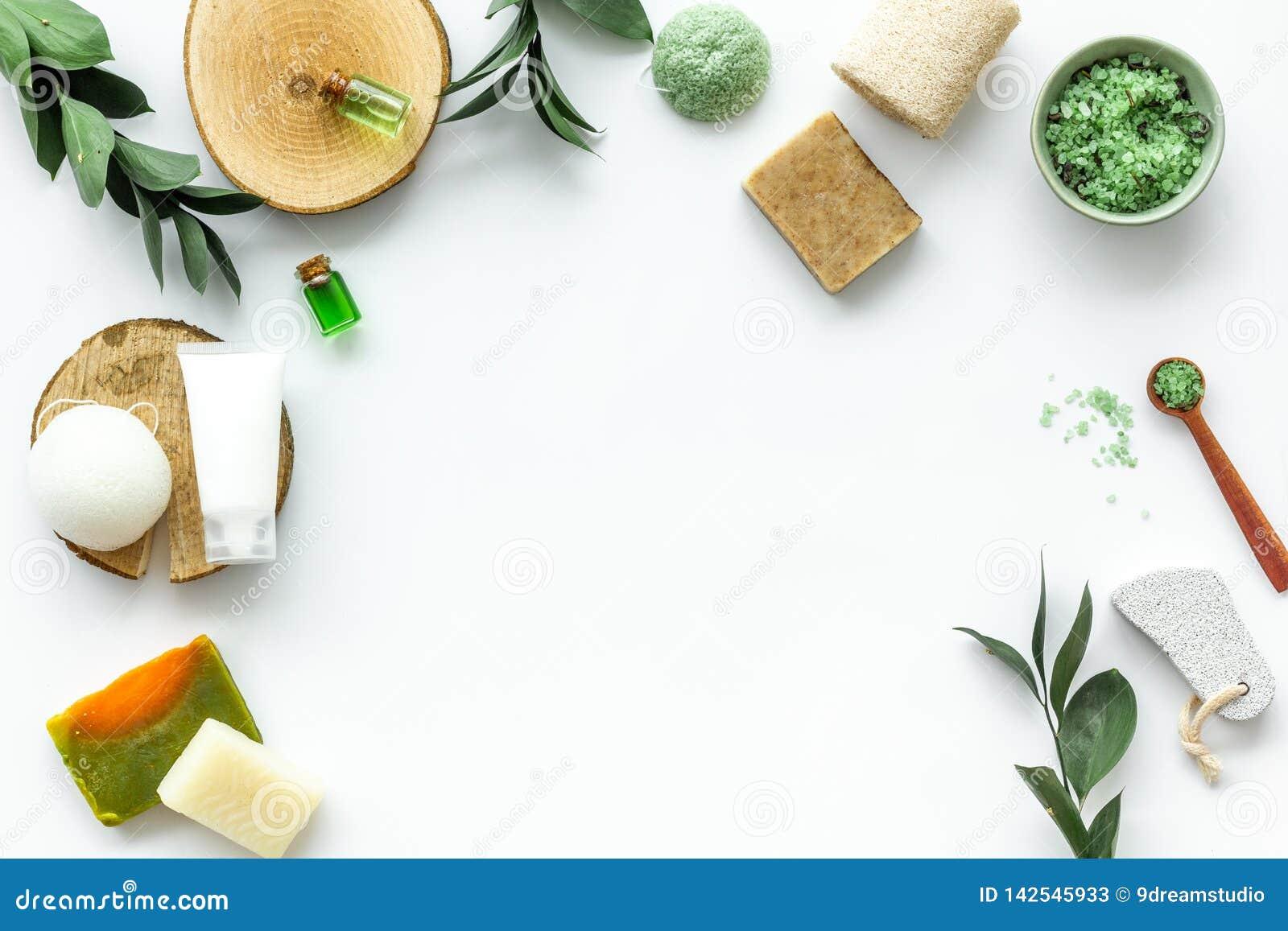 Sistema cosmético orgánico herbario para el balneario hecho en casa en maqueta flatlay del fondo blanco
