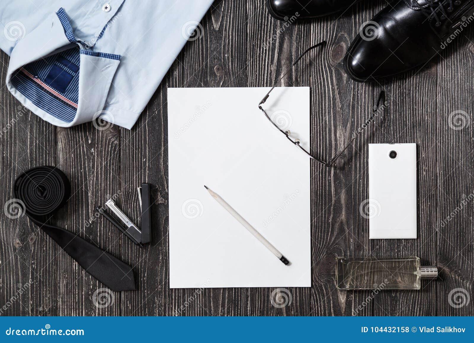 14f43f00da51 Sistema de complementos del hombre de negocios y de papel en blanco en la  opinión media