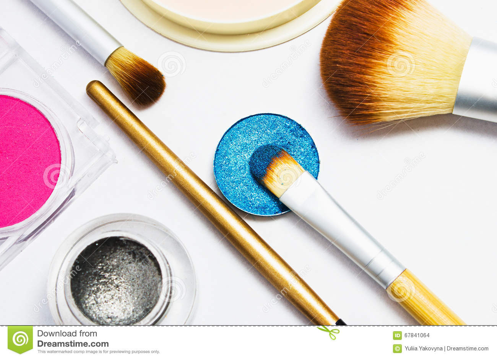 Sistema de cosméticos profesionales para el maquillaje aislados en el fondo blanco