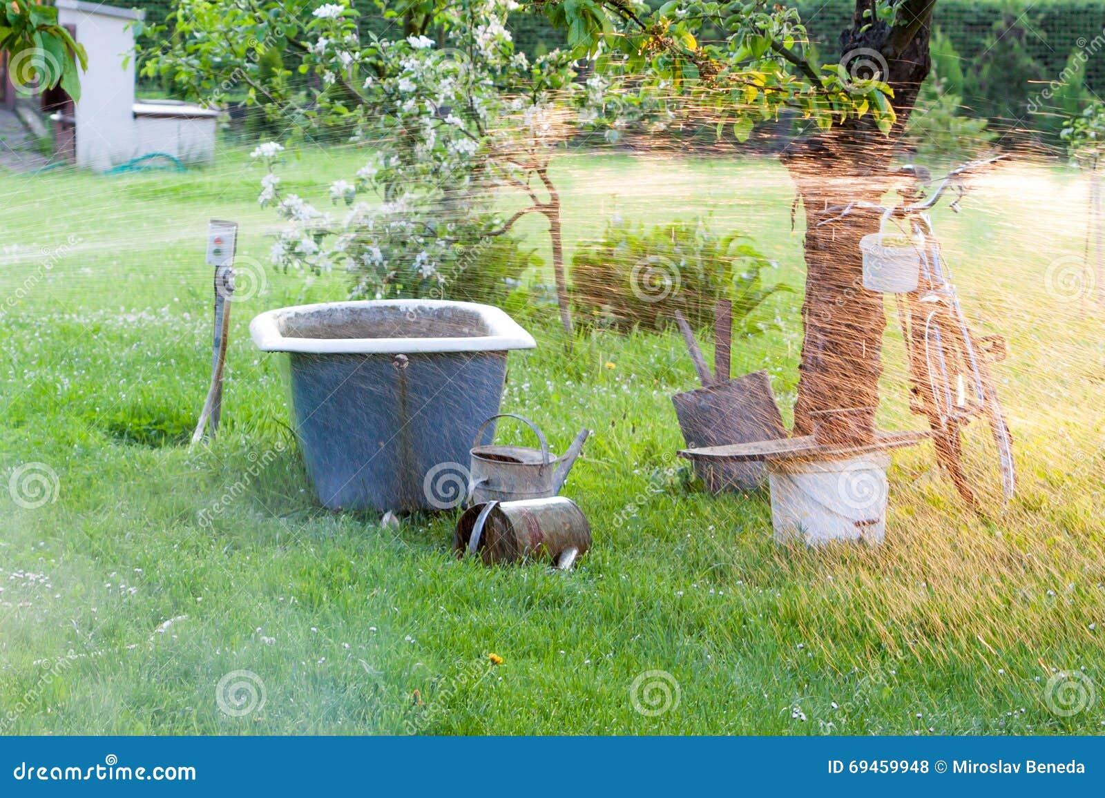 sistema de irrigacin para los jardines caseros en la puesta del sol