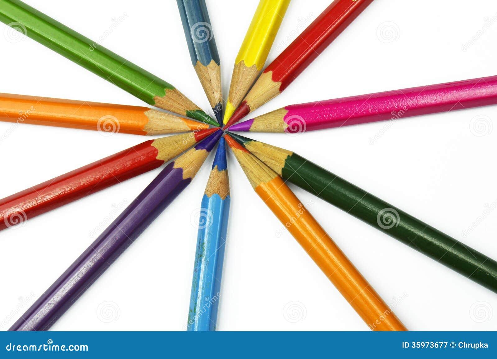 Sistema de lápices coloridos aislados en el fondo blanco