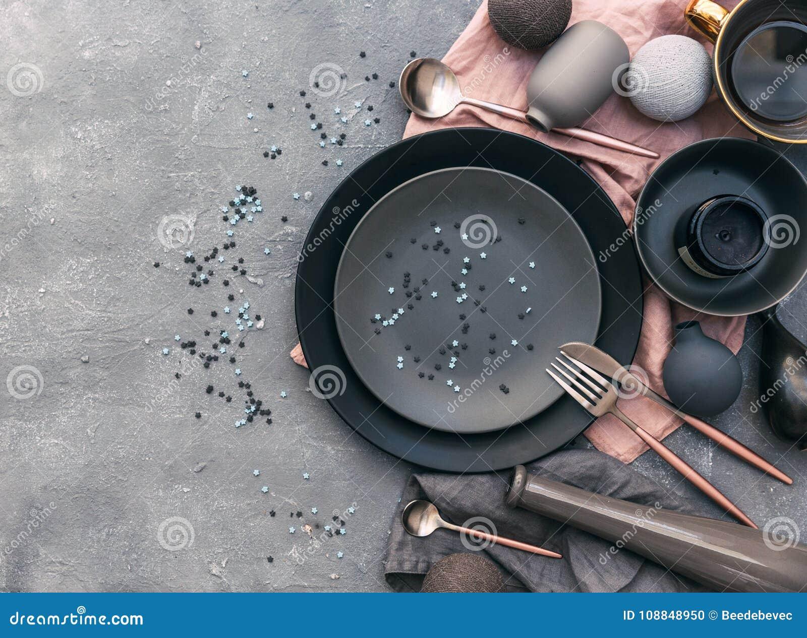 Sistema de loza gris en la tabla Estilo nórdico Diversas placas, plato,