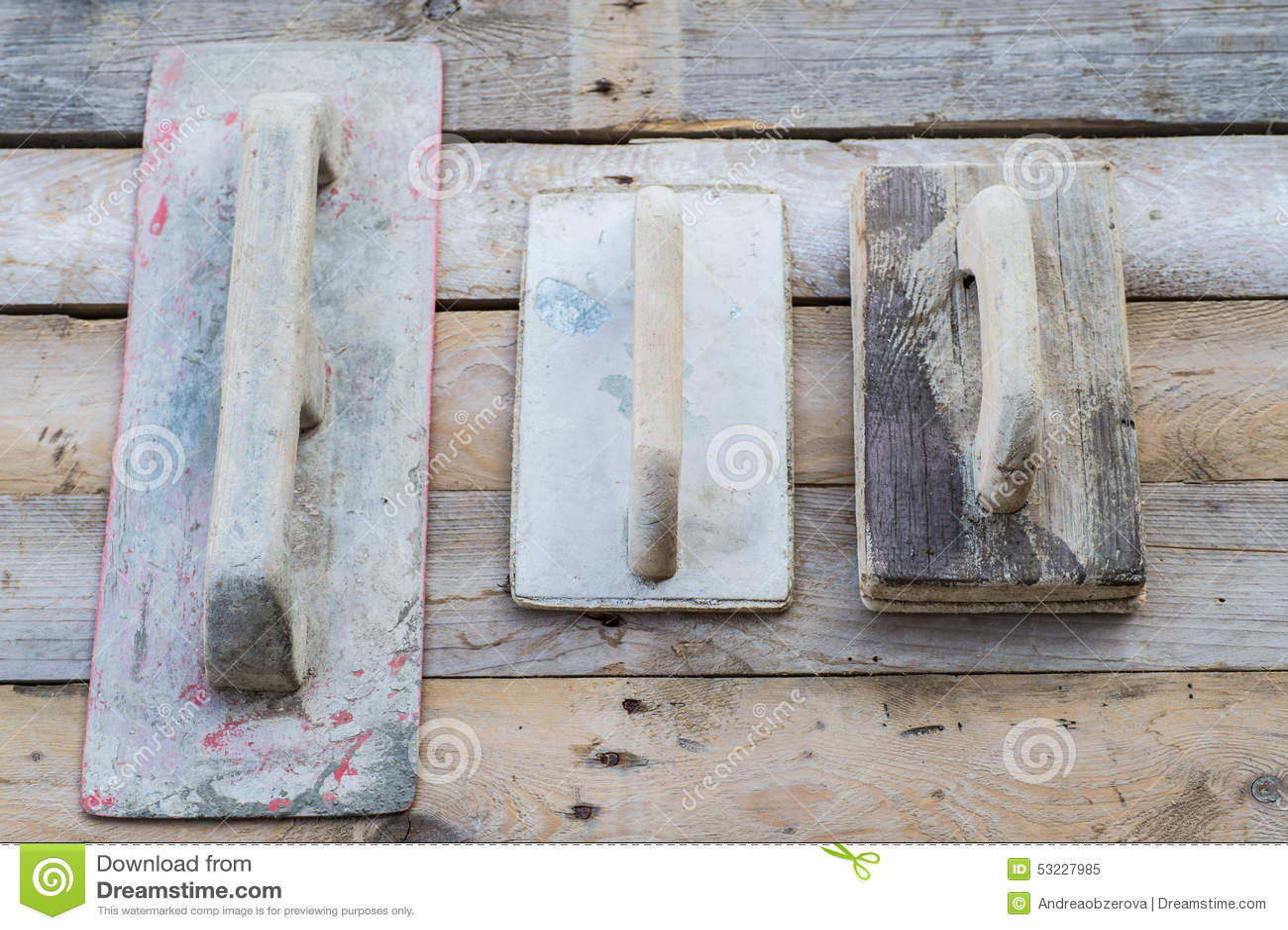 Sistema de paletas usadas viejas en una superficie de madera áspera
