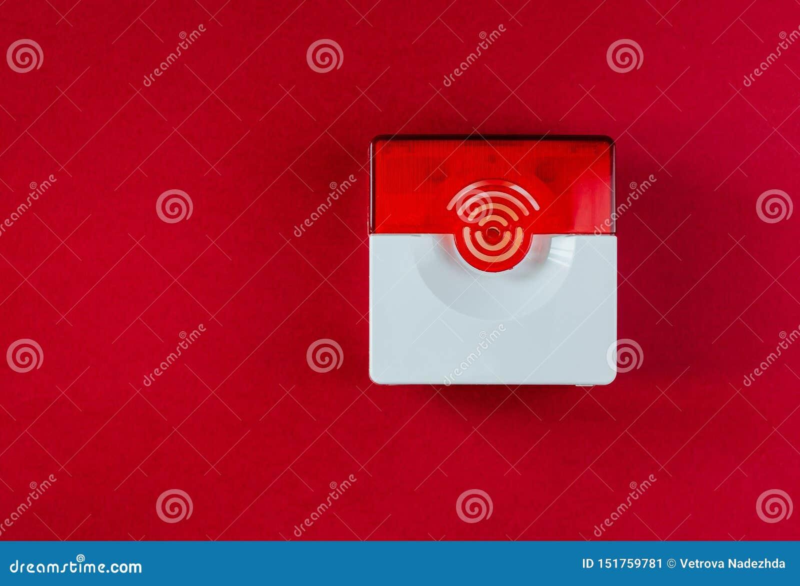 Sistema de proteção contra incêndios em um fundo vermelho de um espaço da cópia