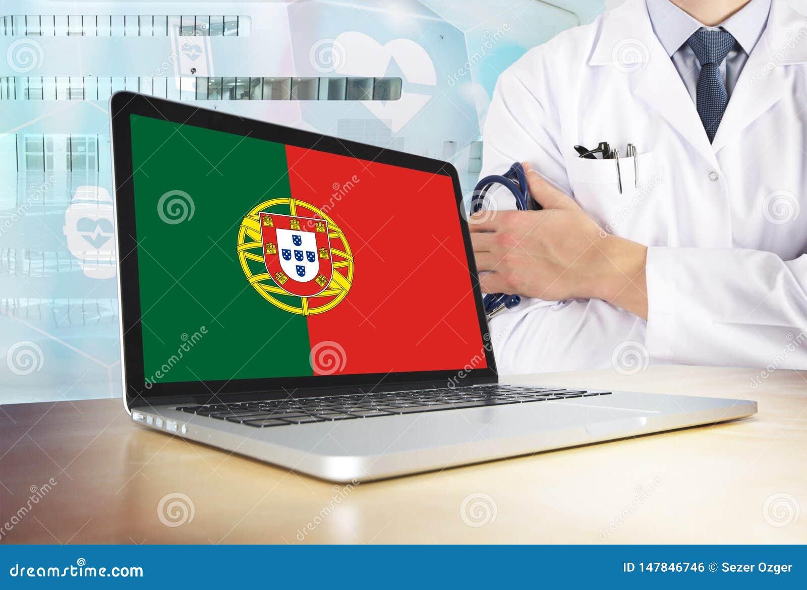 Sistema de saúde de Portugal no tema da tecnologia Bandeira portuguesa no tela de computador Doutor que está com o estetoscópio n