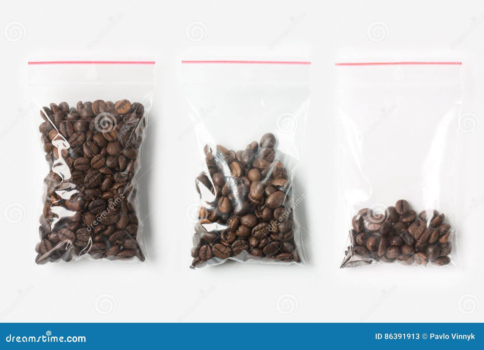 Sistema de tres VACÍOS, MEDIOS Y LLENOS bolsos transparentes plásticos de la cremallera con los granos de café aislados en blanco