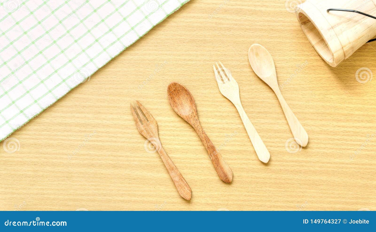 Sistema del primer de la visi?n superior del utensilio de madera de los cubiertos Bifurcación, cuchara y cubo de madera en fondo