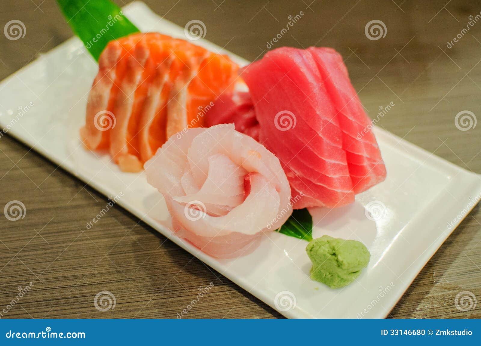 Sistema del Sashimi de pescados crudos frescos de los salmones y del atún