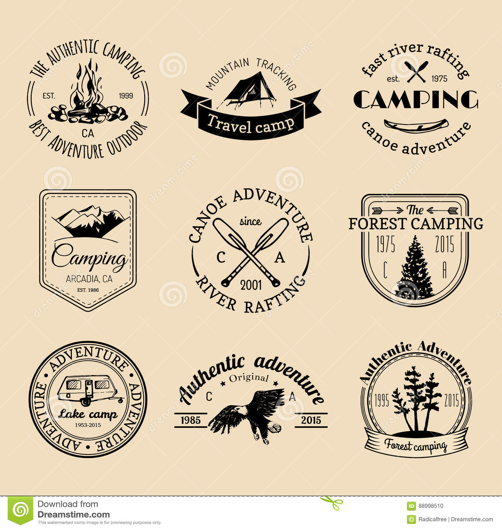 Sistema del vector de logotipos que acampan Emblemas o insignias del turismo Firma la colección de aventuras al aire libre con lo