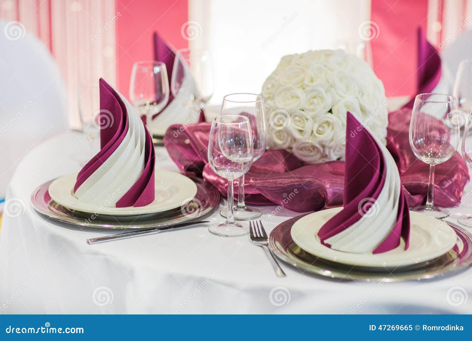 Sistema elegante de la tabla en la nata suave para el partido el casarse o del evento