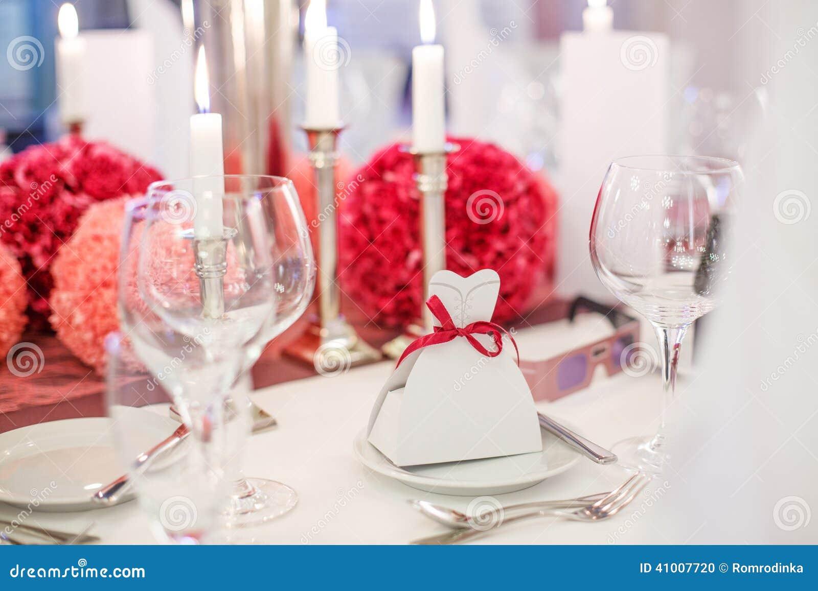 Sistema elegante de la tabla para el casarse o del evento en el partido suavemente rojo y el pi