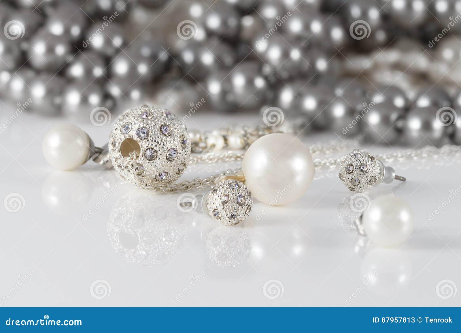 Sistemas de la joyería del primer dos de pendientes tachonados de la plata y de las perlas