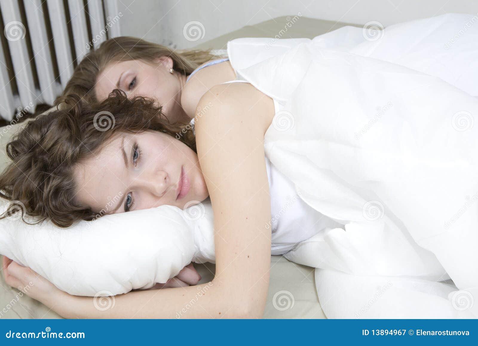 Трахнул красивую сестру пока она спала, У брата и сестры одна комната на двоих - видео ролик 24 фотография