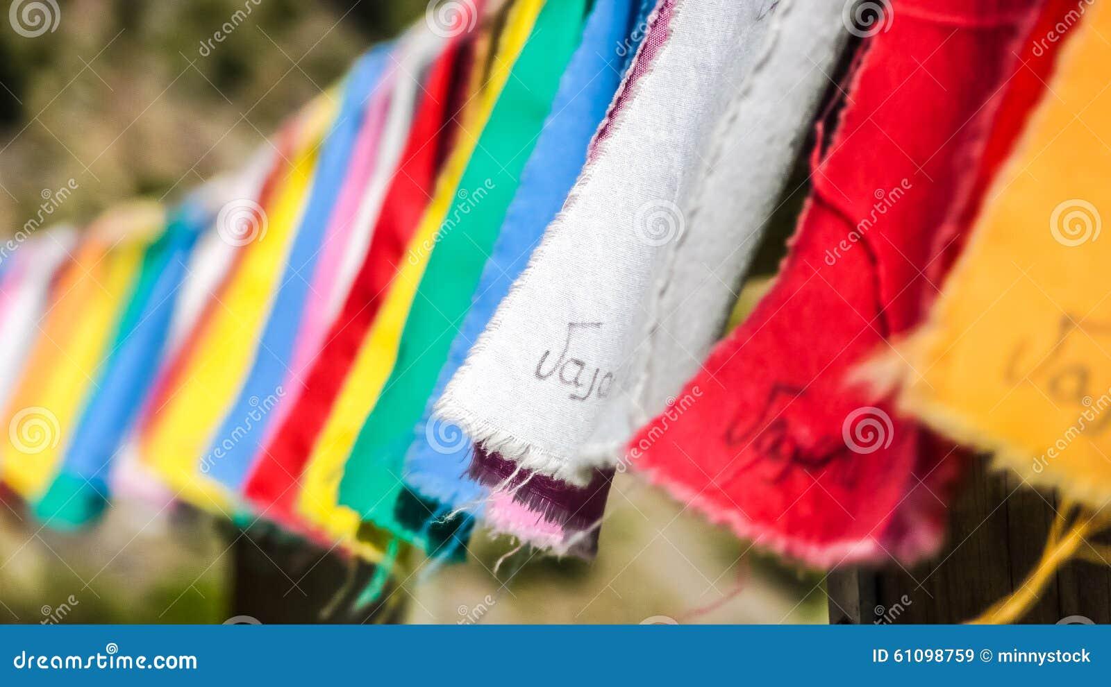 Site commémoratif au barrage de Vajont avec les vêtements colorés, Vénétie, Italie