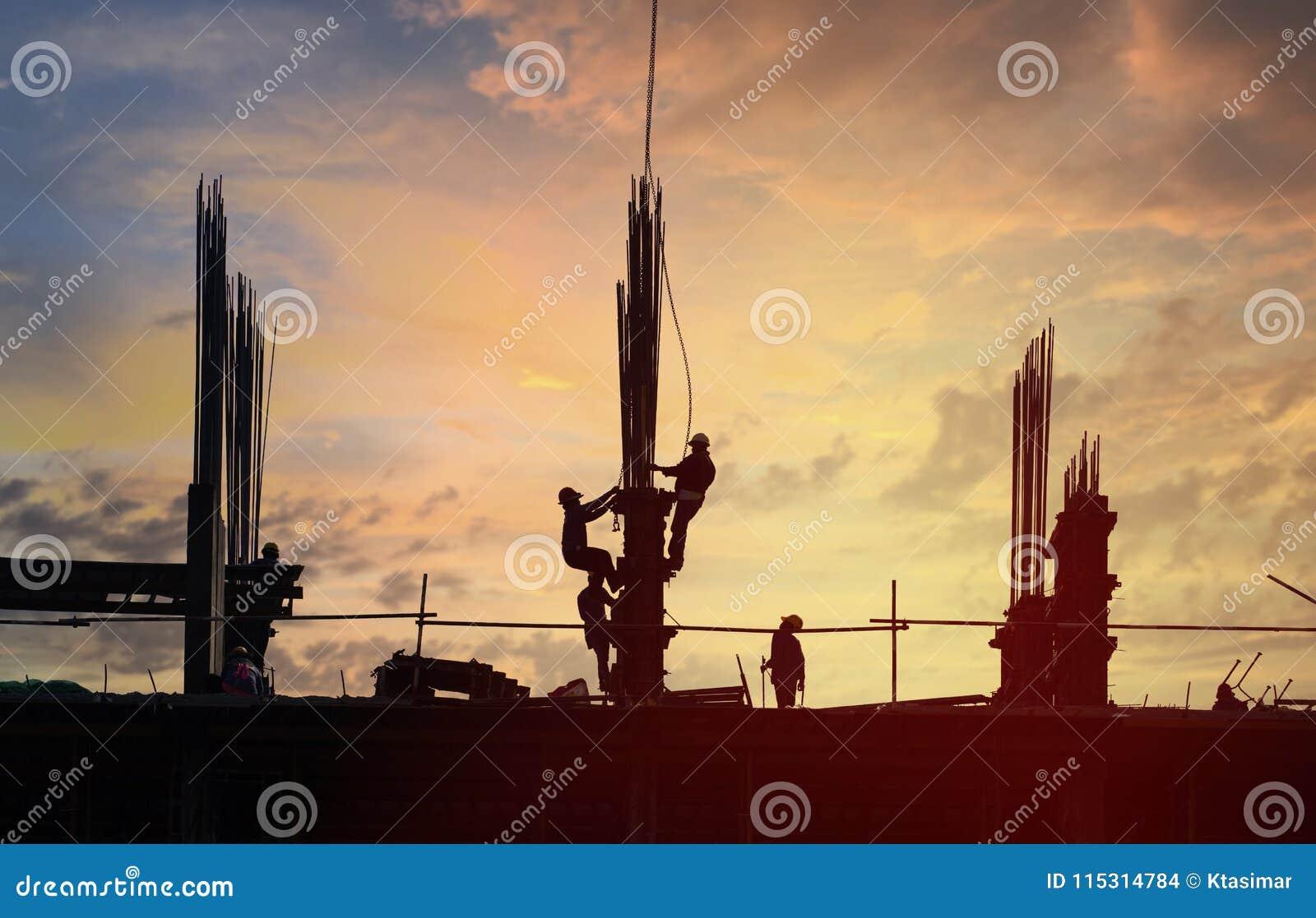 Site de construction de bâtiments en silhouette