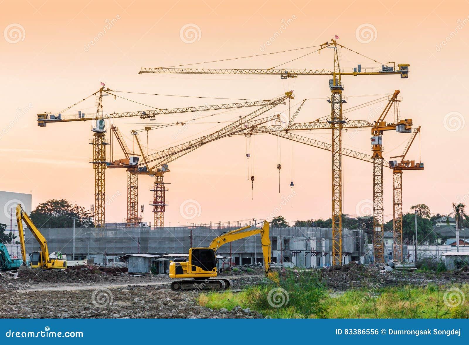 Site de construction de bâtiments avec des machines de grue à tour