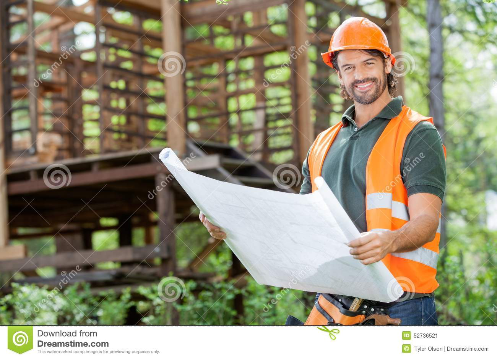 Site masculin heureux de Holding Blueprint At d architecte