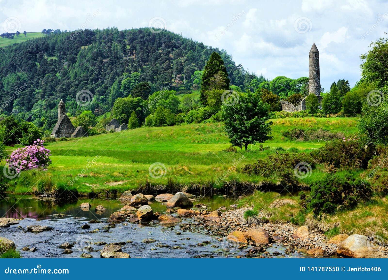 Site monastique de Glendalough avec la tour et l église rondes antiques, parc national de Wicklow, Irlande