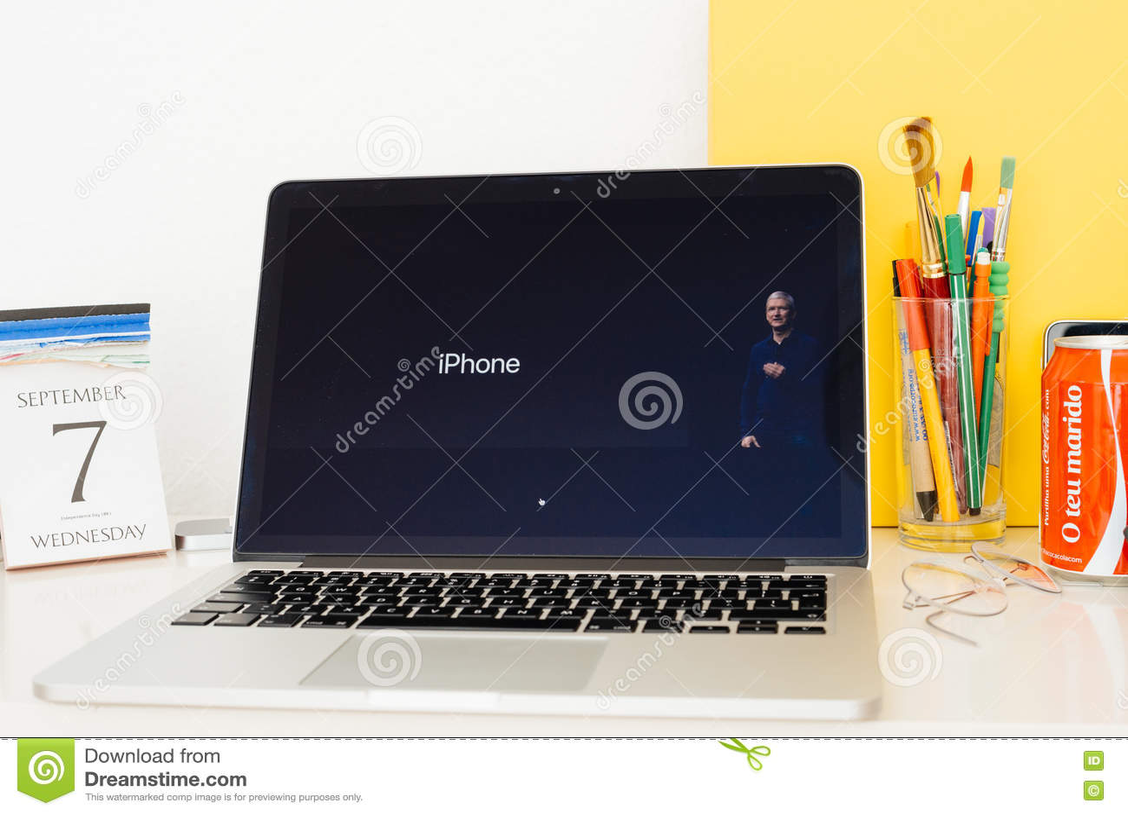 Site Web d ordinateurs Apple présentant TIm Cook et l iPhone,