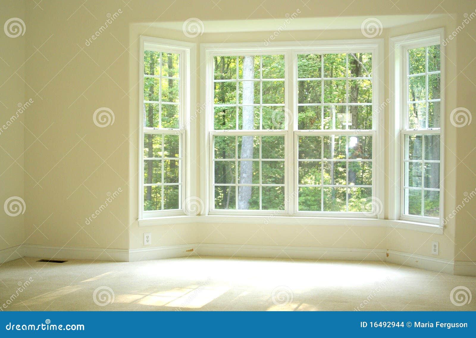 Sitio abierto y brillante con la ventana de bahía