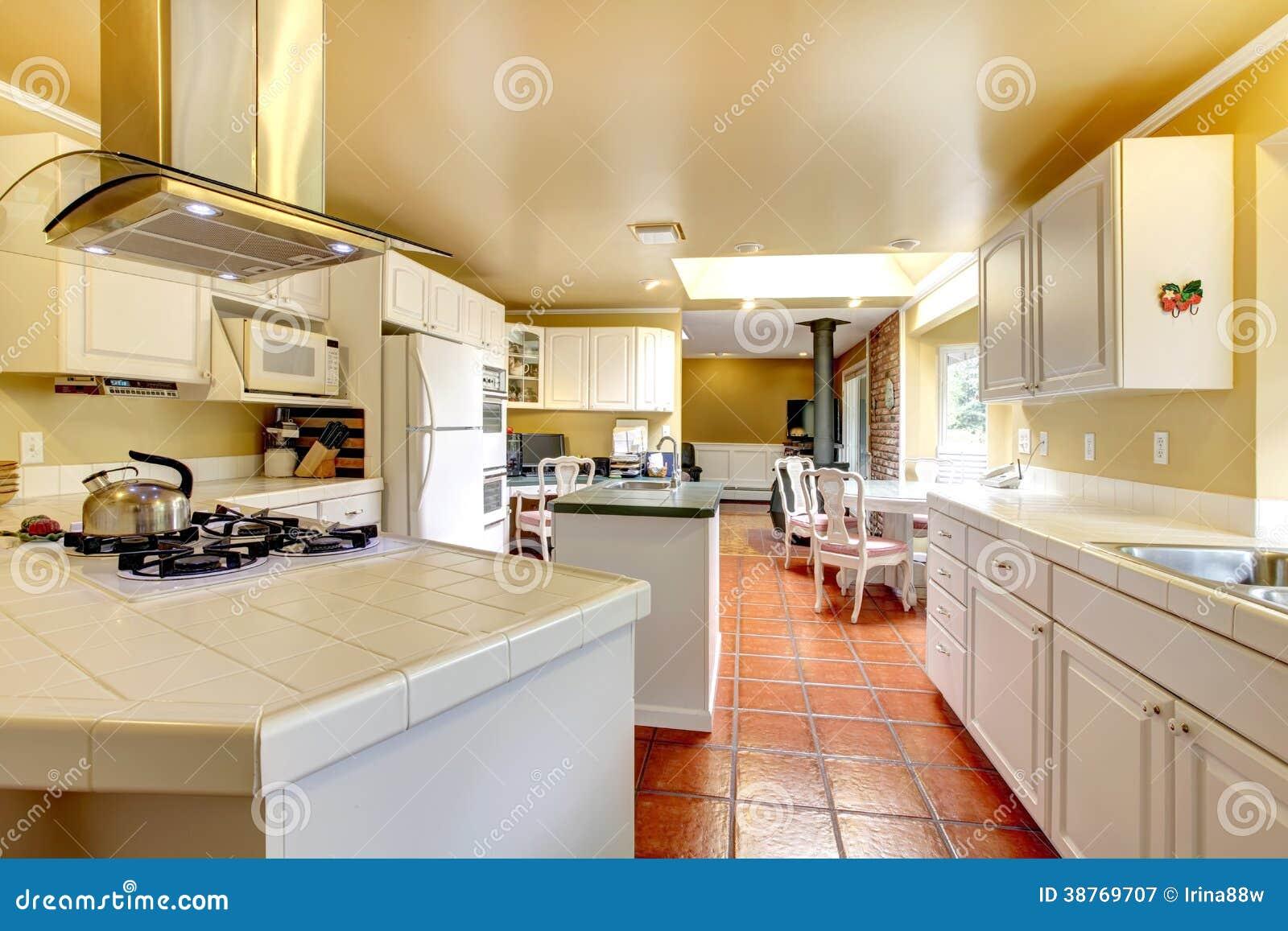 Sitio acogedor de la cocina con los gabinetes blancos for Gabinetes de cocina blancos
