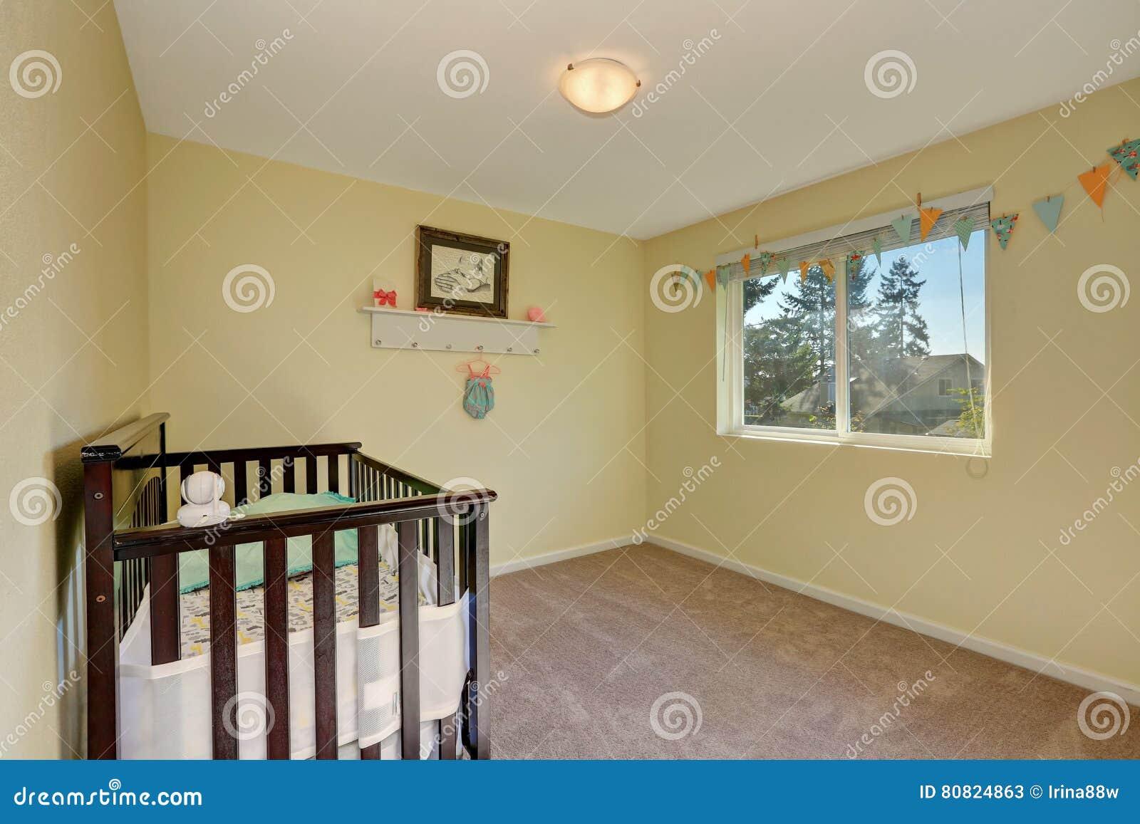 Sitio Adorable Del Cuarto De Ni Os Moqueta Interior Amarilla En  ~ Colores De Pintura Para Interiores