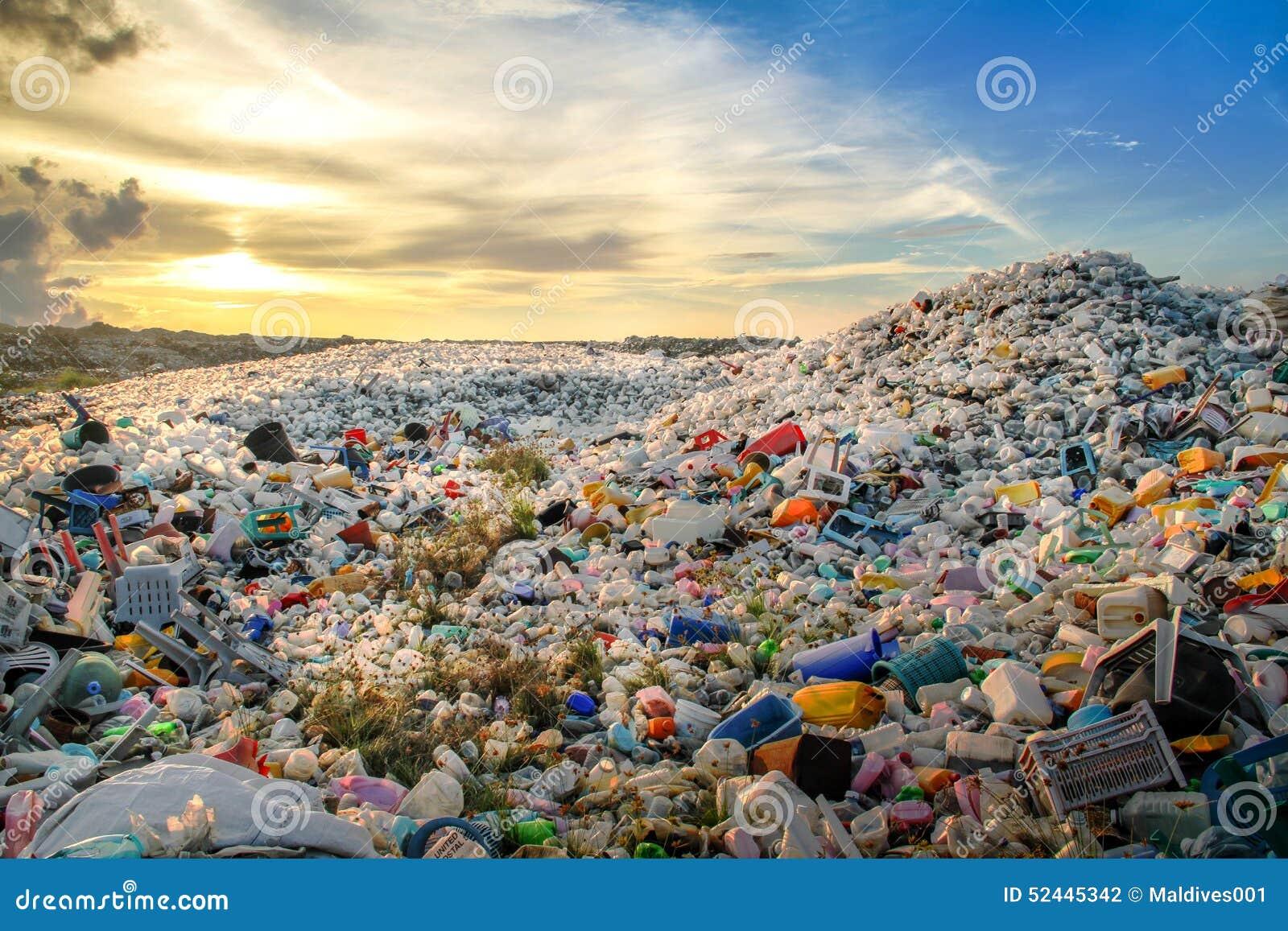 Sitio ardiente abierto de la basura